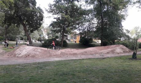 Pumptrack im Garten bauen, How to build a Garden Pump Track